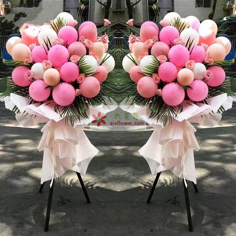各色气球30个,粉色玫瑰花19朵,散尾葵搭配
