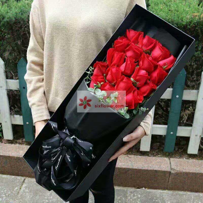 19枝红色玫瑰,尤加利点缀