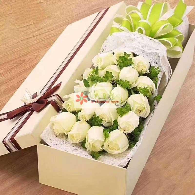 21枝白色玫瑰,配叶点缀