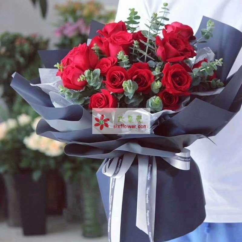 11枝红色每个花,尤加利丰满;