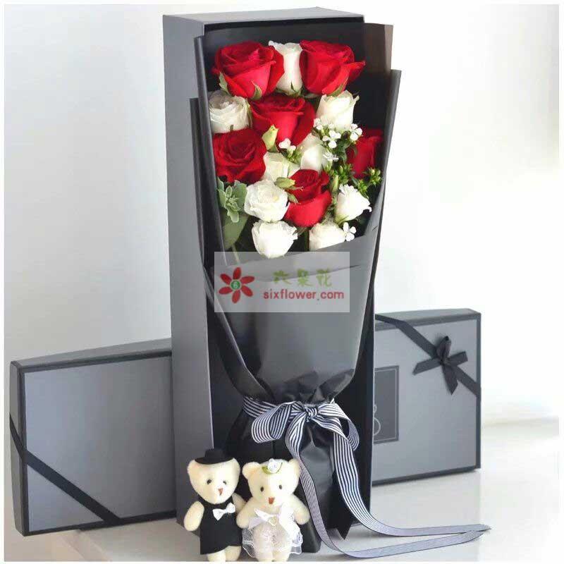 11枝玫瑰,其中6枝红色玫瑰,5枝白色玫瑰,4枝白色桔梗,2只小熊,叶上黄金、相思梅点缀;