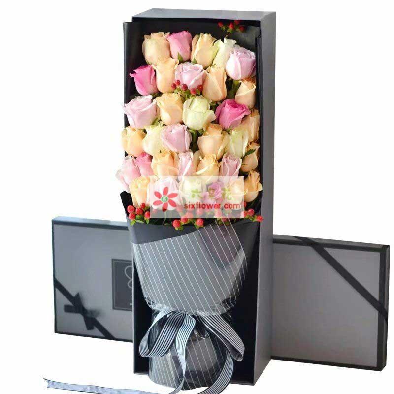 33枝玫瑰花,其中15枝香槟玫瑰,8枝戴安娜玫瑰,5枝苏醒玫瑰,5枝白色玫瑰,红豆(或相思梅)搭配;