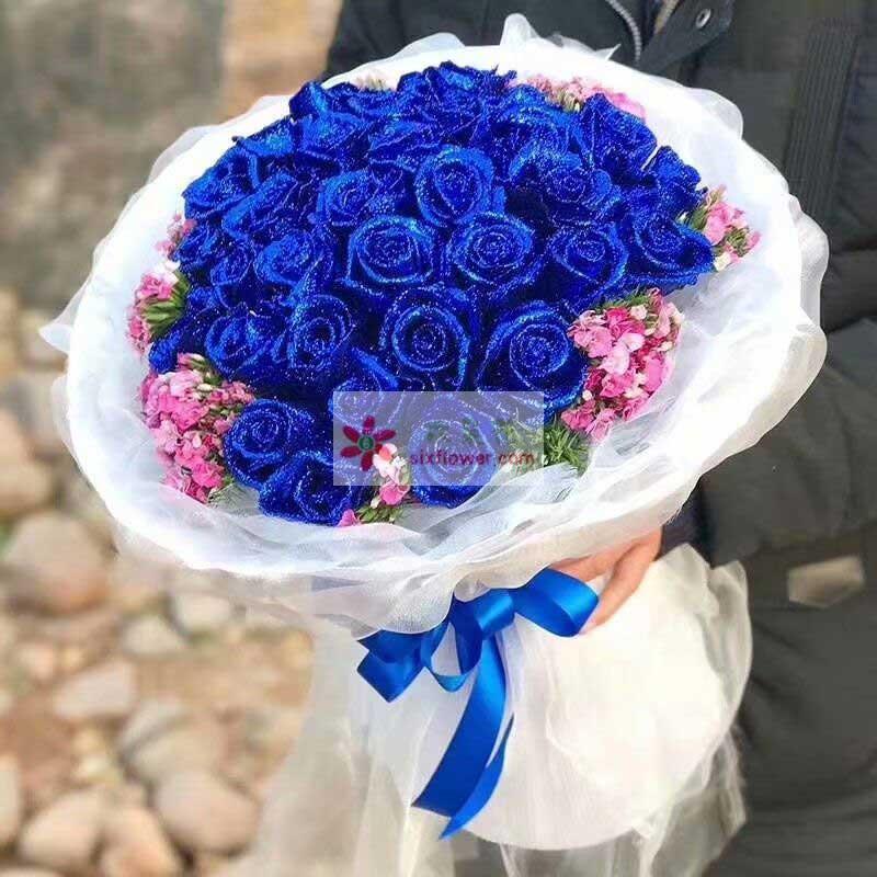 33枝蓝色玫瑰,周围相思梅点缀;