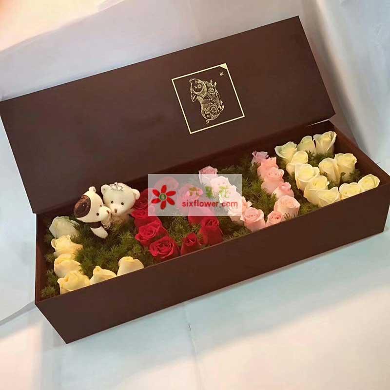 39枝玫瑰,其中17枝香槟玫瑰,11枝红色玫瑰,11枝戴安娜玫瑰,2个小熊;
