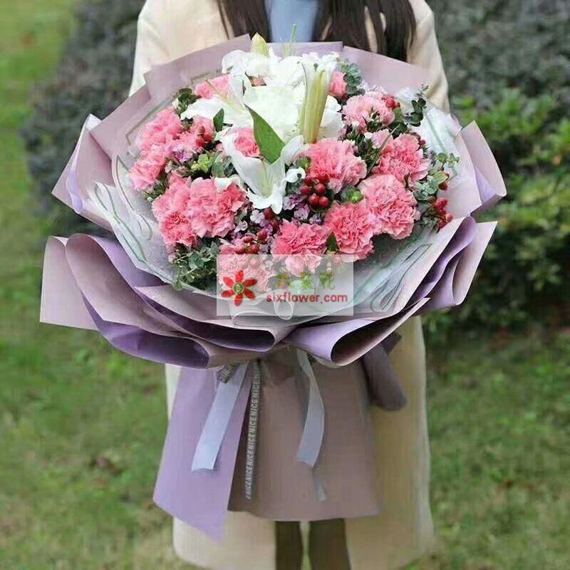 19枝粉色康乃馨,2枝白色多头百合,尤加利,相思梅,红豆等丰满;