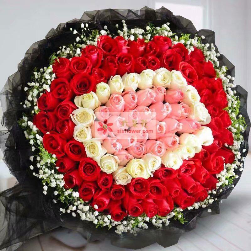 99枝玫瑰,其中白色玫瑰21枝,戴安娜粉色玫瑰21枝,周围满天星黄英点缀;