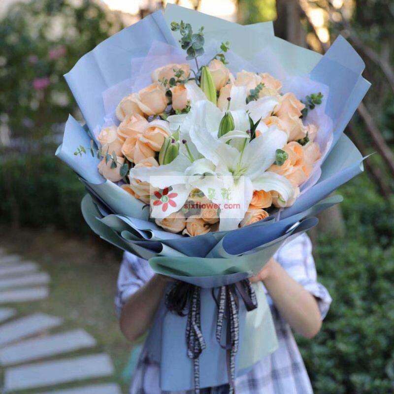 36枝香槟玫瑰,2枝多头白色百合,尤加利点缀;