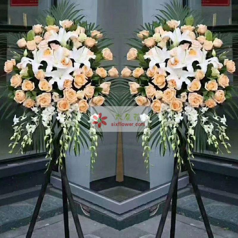 38枝香槟玫瑰,5朵白色百合,紫罗兰,散尾葵搭配;