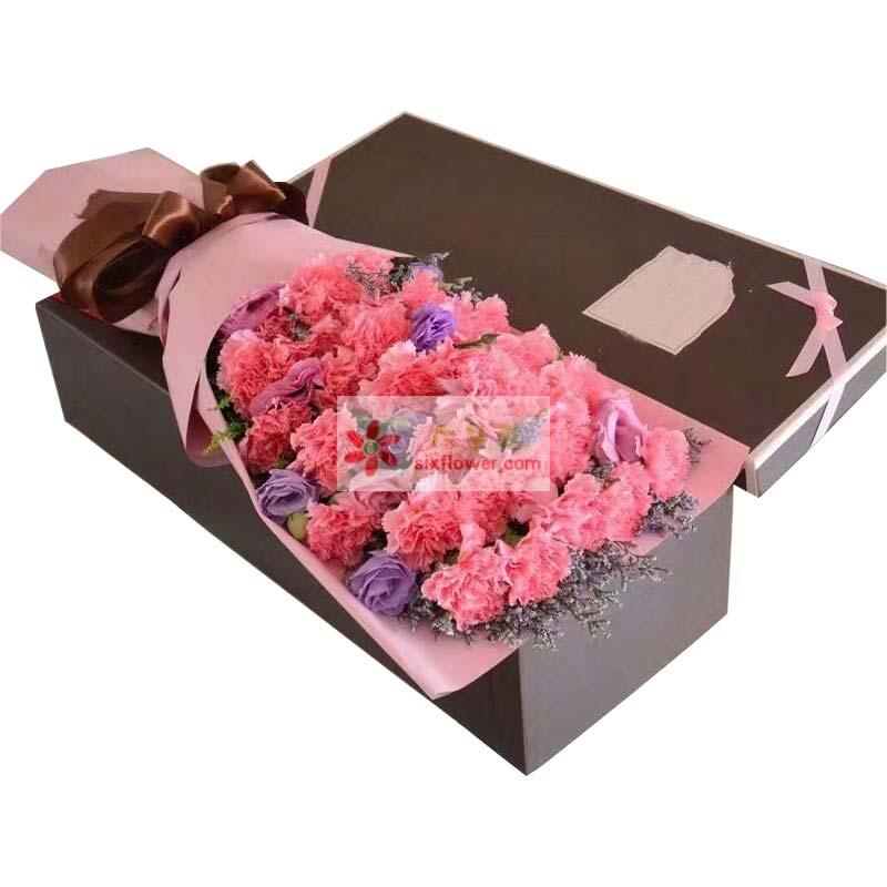 26枝粉色康乃馨,紫色桔梗(或其他颜色),情人草点缀;