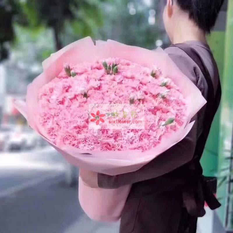 99枝粉色康乃馨,配叶点缀;