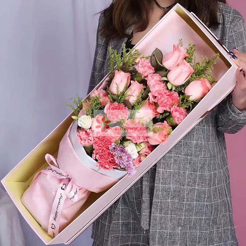 11枝戴安娜玫瑰,12枝粉色康乃馨,黄英,配叶、小菊点缀;
