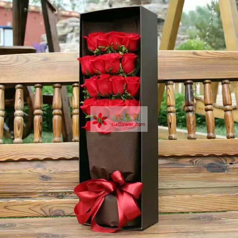 19枝红色玫瑰,黄英点缀;