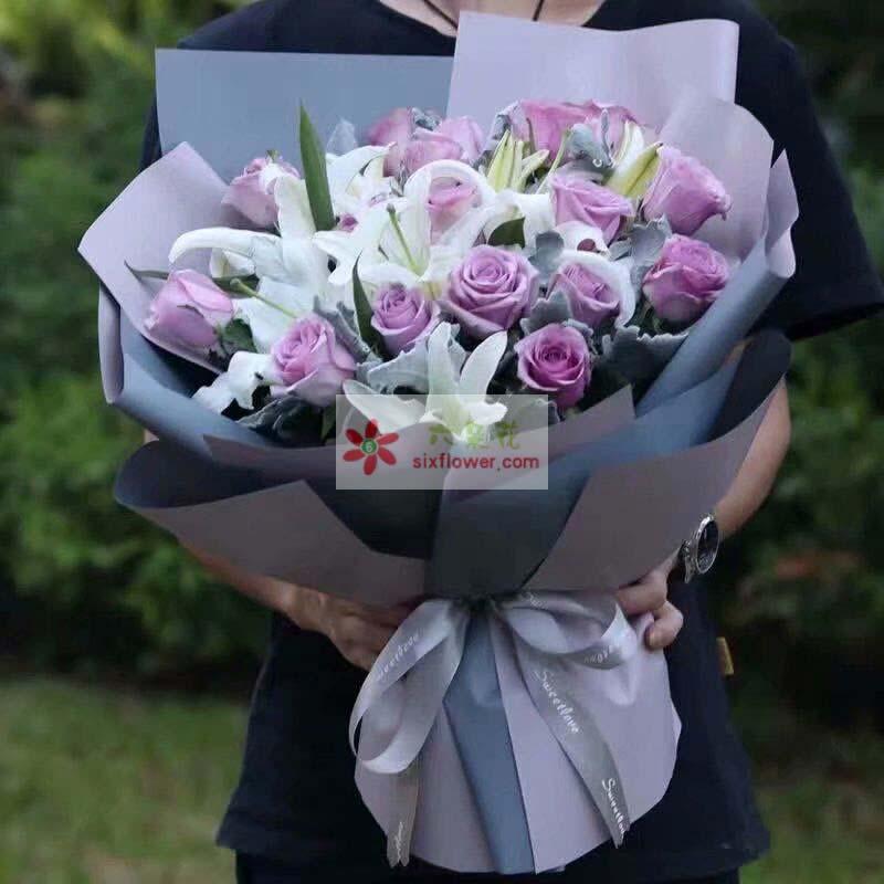 21枝紫色玫瑰,3枝白色多头百合,银叶菊搭配;