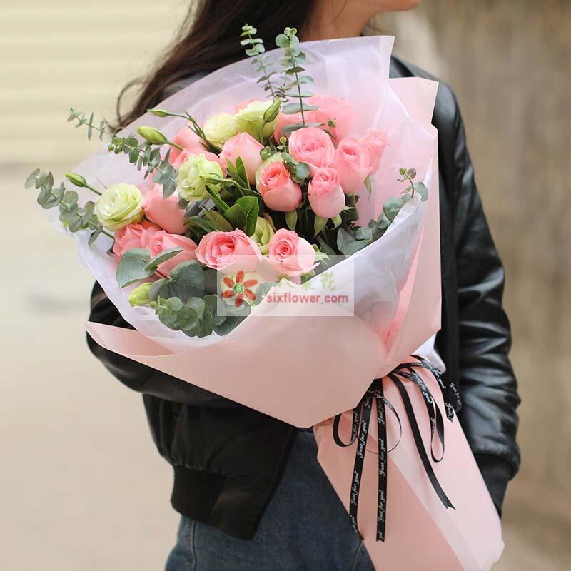 18枝戴安娜玫瑰,9枝桔梗,尤加利搭配;