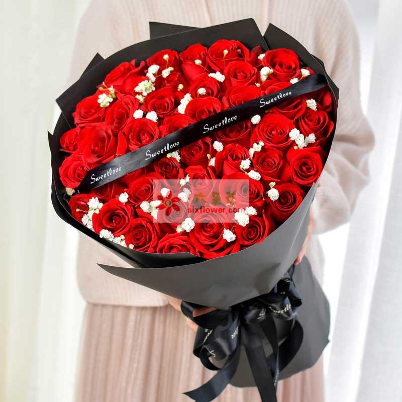 33枝红色玫瑰,满天星点缀,黑色丝带拉花