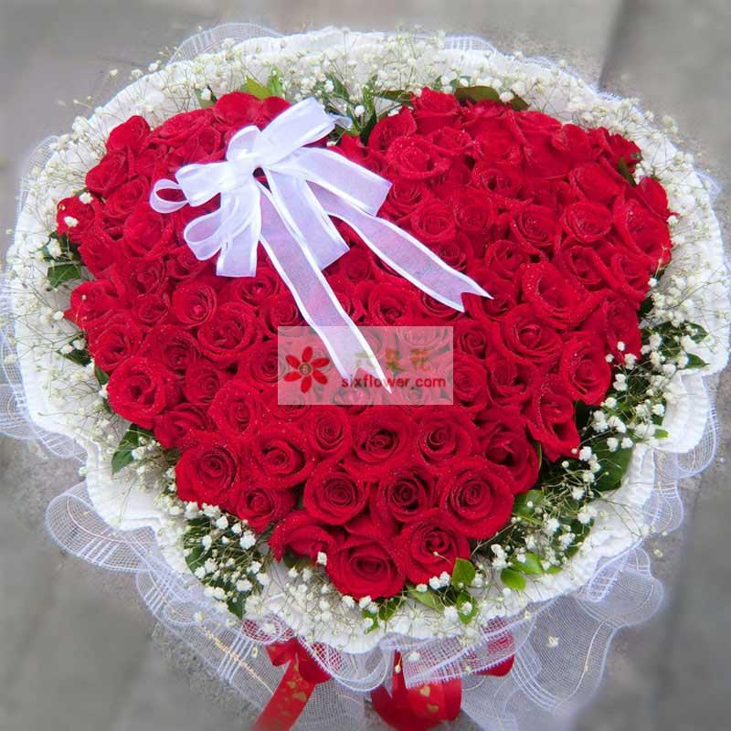 99枝红色玫瑰,满天星周围点缀,白色拉花;