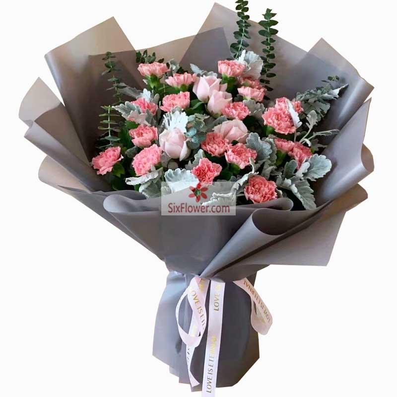 33枝红色玫瑰,周围粉色满天星点缀;