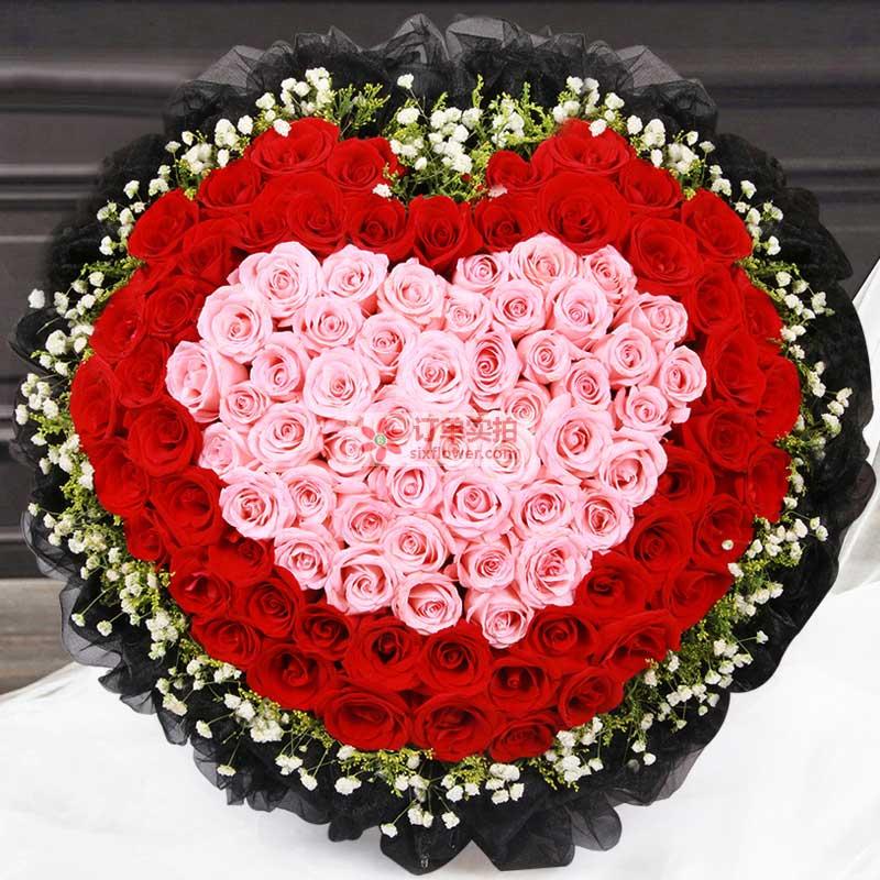 99枝玫瑰,周围红玫瑰,中间戴安娜玫瑰,拼成心形,周围搭配满天星