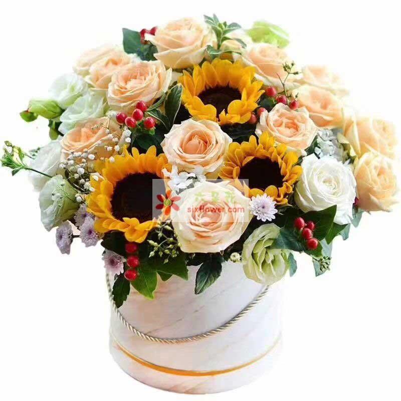 3枝向日葵,12枝香槟玫瑰,11枝桔梗,红豆、满天星、栀子叶、小菊点缀;