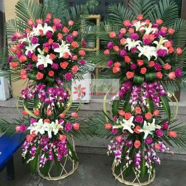 48枝艳粉玫瑰,28枝紫色桔梗(或紫色康乃馨),紫罗兰搭配,9朵白色百合,巴西叶,散尾葵搭配;