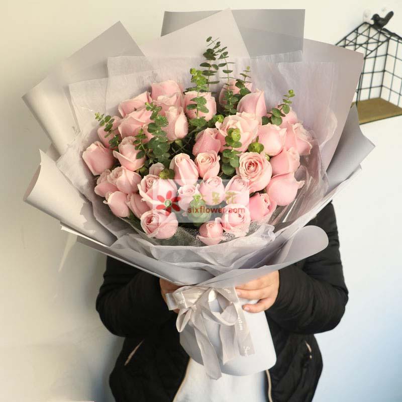 30枝粉色佳人玫瑰,尤加利点缀;
