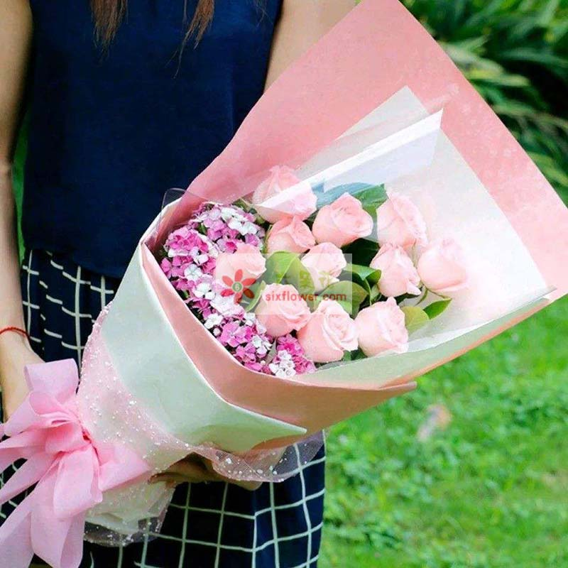 11枝戴安娜玫瑰,相思梅丰满,栀子叶点缀;