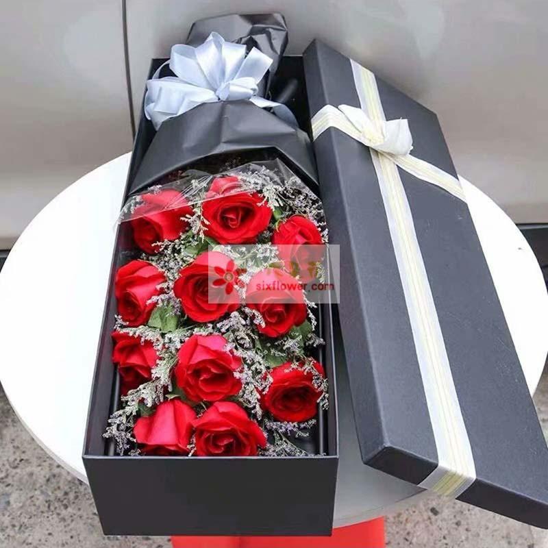 11枝红玫瑰,情人草丰满,栀子叶搭配