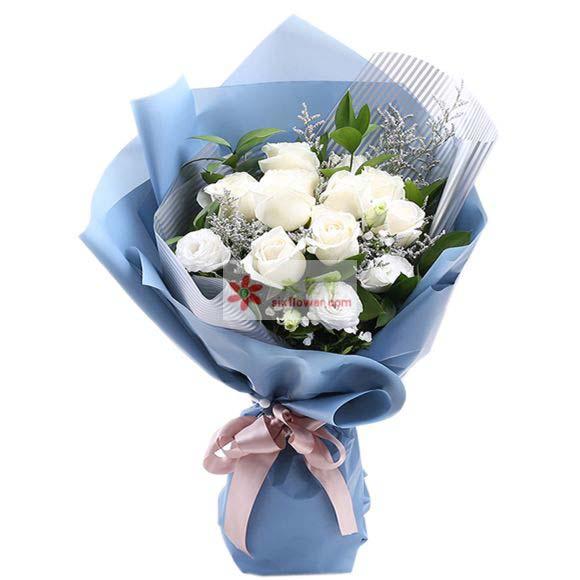 9枝白玫瑰,6枝桔梗,满天星、情人草、栀子叶点缀;