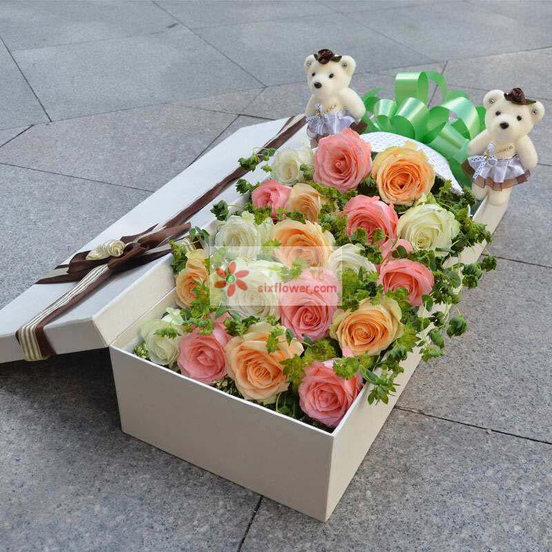 19枝玫瑰,由戴安娜、香槟、白玫瑰组成,配叶丰满,2只小熊