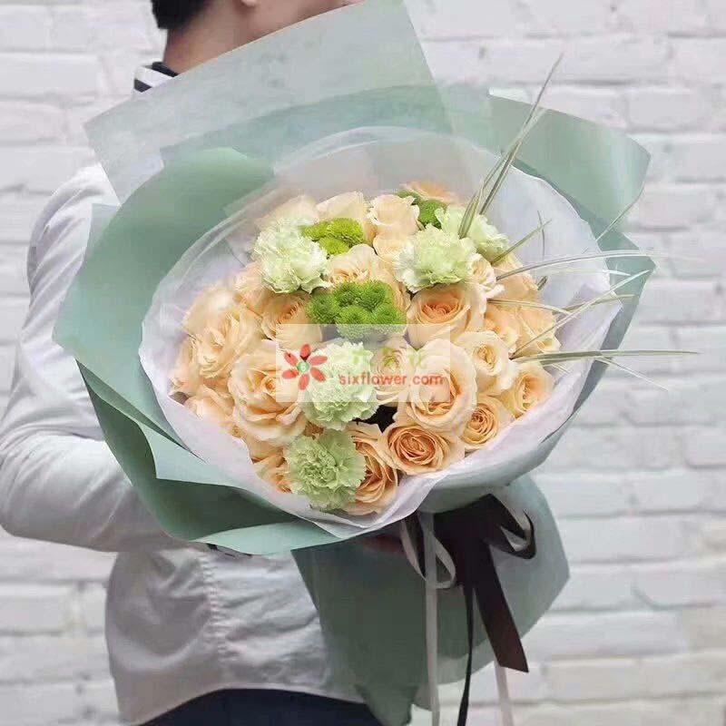 19枝香槟玫瑰,6枝桔梗(或绿色康乃馨),小雏菊点缀(或相思梅);