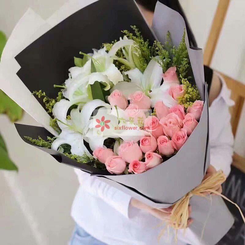 19枝戴安娜玫瑰,3枝多头白色百合,黄英丰满