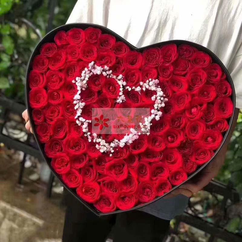 99枝红玫瑰,满天星中间点缀围成心形
