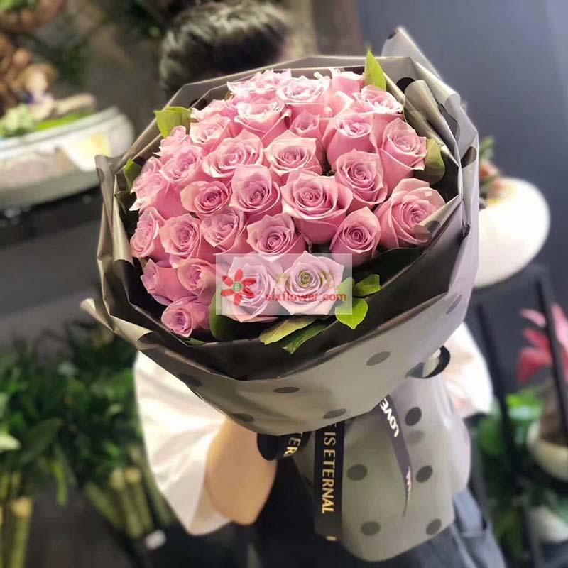 34朵戴安娜玫瑰,周围栀子叶搭配