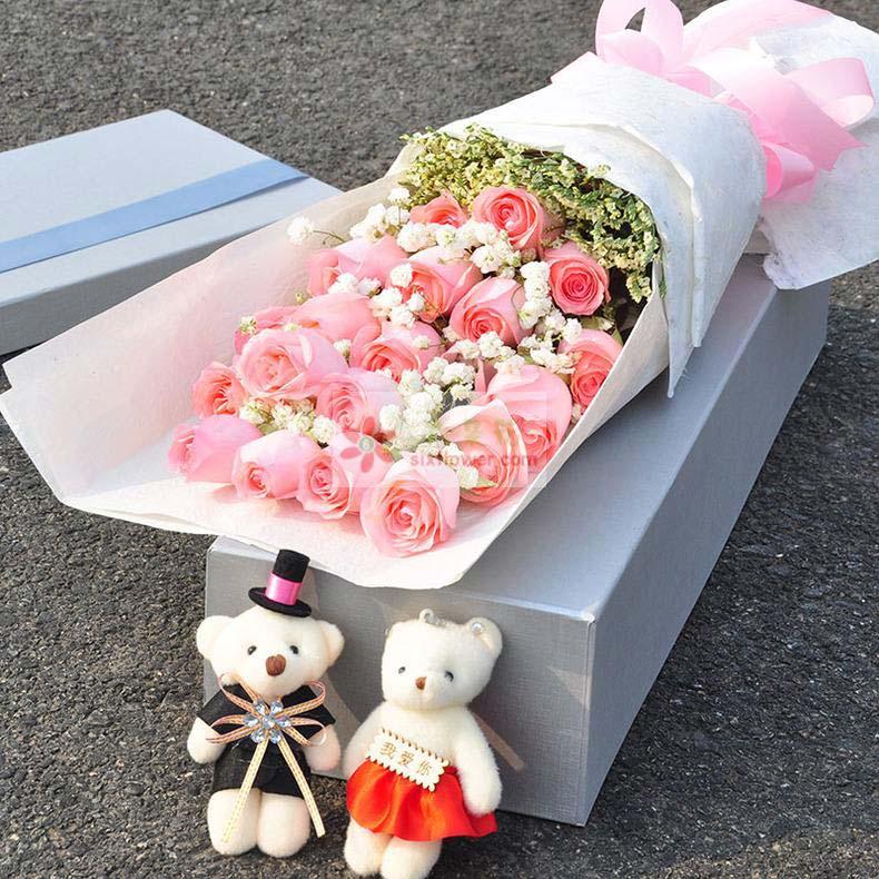 19朵戴安娜玫瑰,满天星、黄英搭配,2只小熊