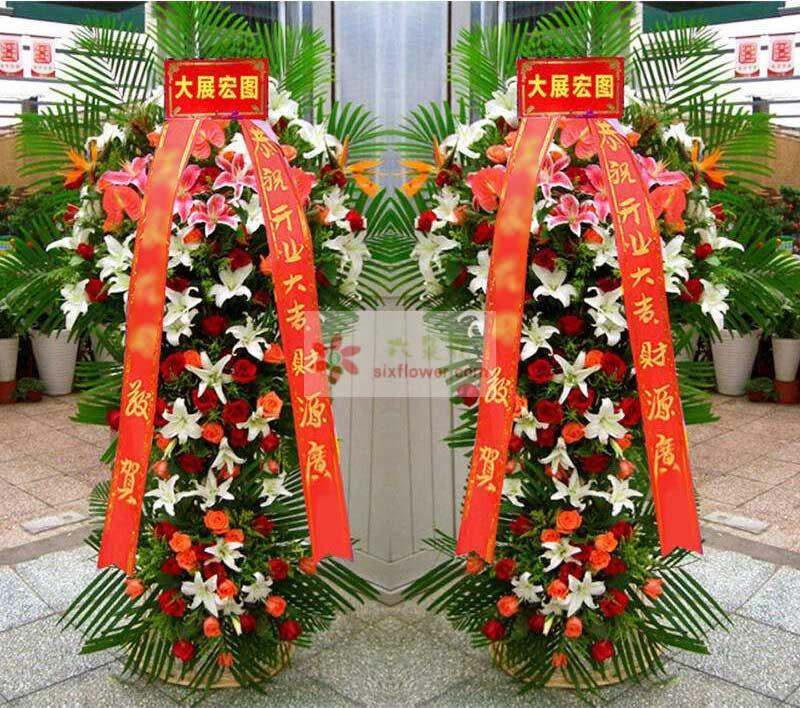28朵百合(白色粉色、搭配),50朵玫瑰(红色+粉色玫瑰),2只红掌,2支天堂鸟,散尾葵搭配;