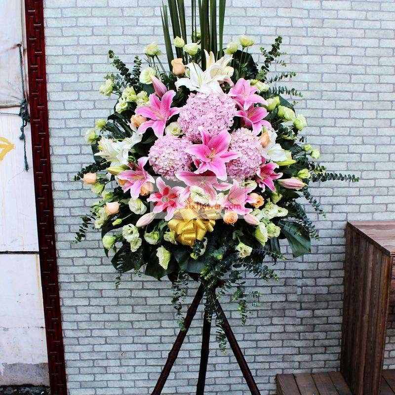 12朵香槟玫瑰,30朵桔梗,12朵粉色百合,尤加利、配叶丰满,散尾葵搭配;