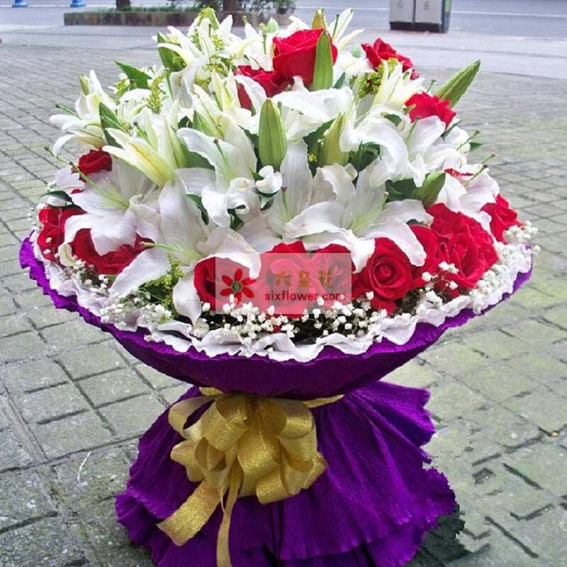 36朵红玫瑰,6支多头香水白百合,满天星周围点缀,黄英、栀子叶中间点缀;