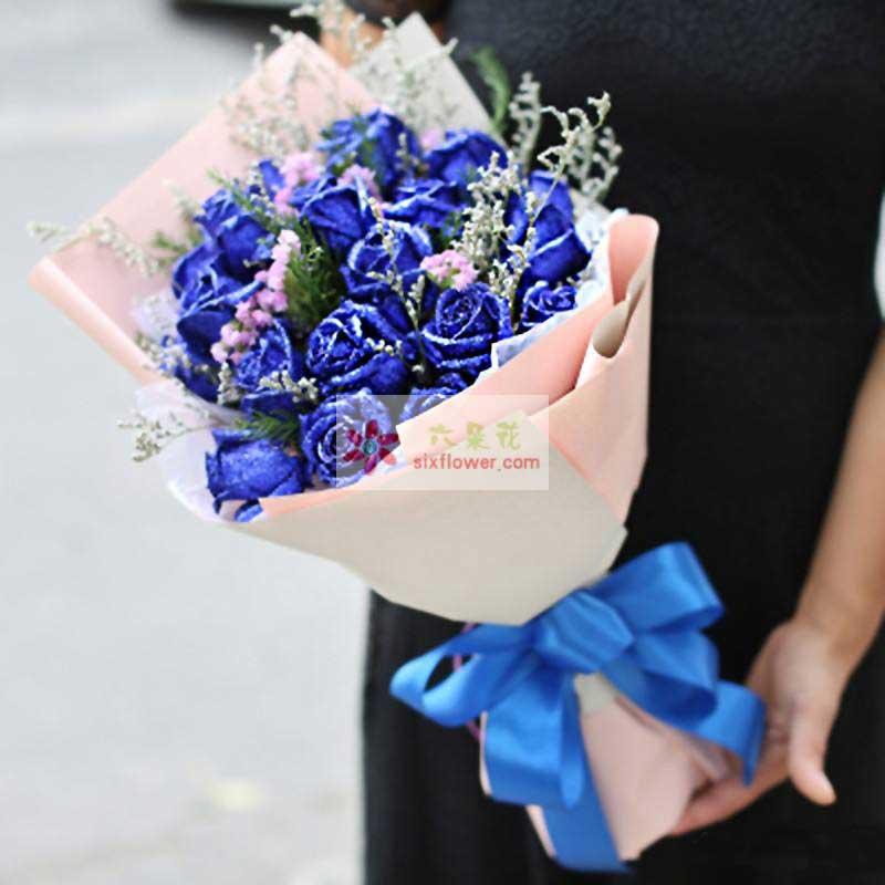 16朵蓝玫瑰,情人草,粉色勿忘我点缀