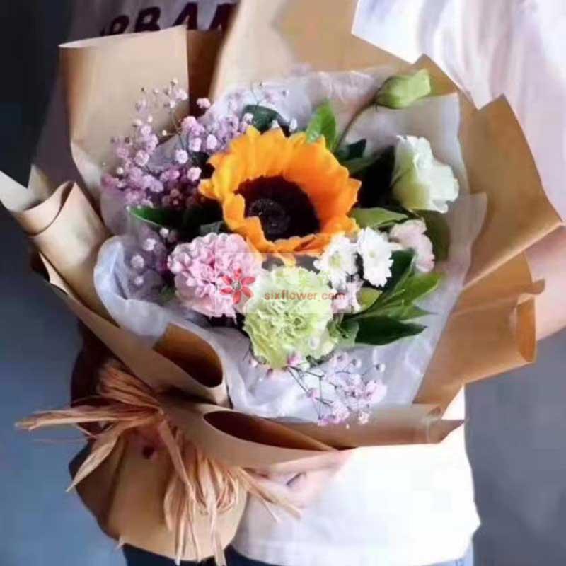 1朵向日葵,1朵粉色康乃馨,3朵桔梗,粉色满天星、栀子叶、小菊(或雏菊)搭配,