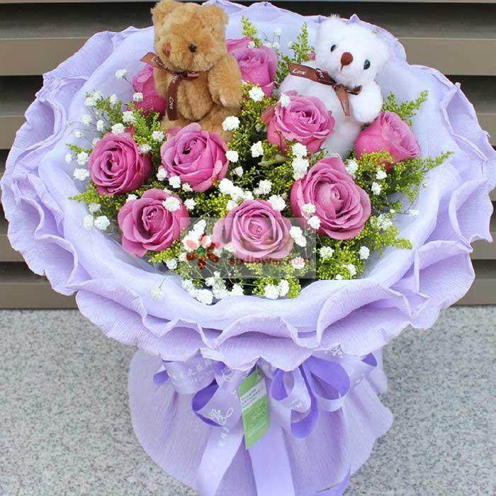11朵紫玫瑰,满天星、黄英丰满,2只小熊