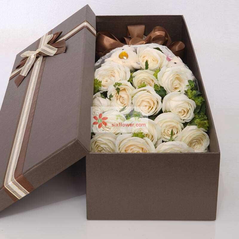 16朵白玫瑰,2只小熊,配草搭配