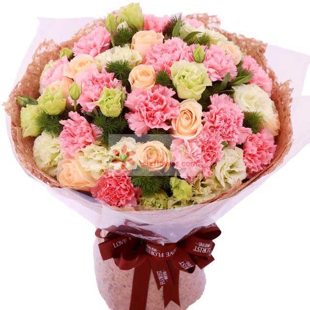 11朵康乃馨,8朵香槟玫瑰,16朵桔梗,配草、栀子叶点缀
