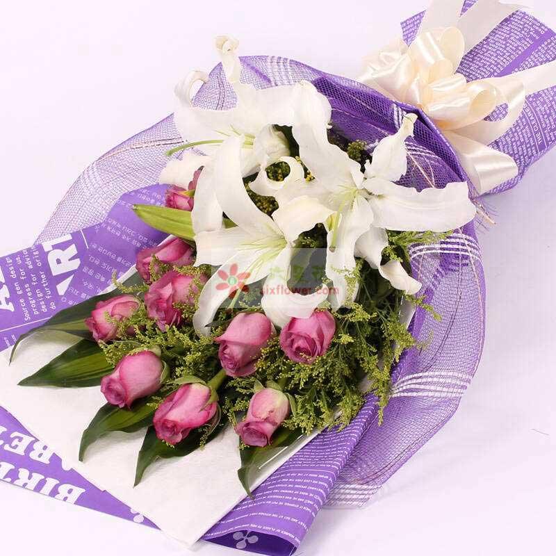 9朵紫玫瑰,2支多头白色百合,黄英丰满,巴西叶搭配