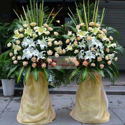 26朵香槟色玫瑰,11朵百合(黄+白),周围散尾葵、巴西叶、剑叶搭配
