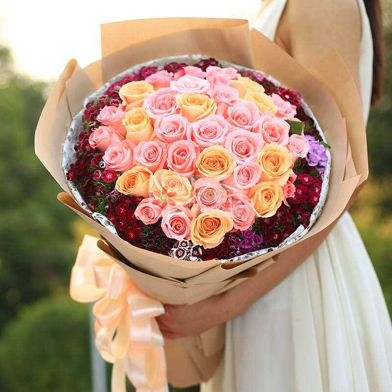 33朵玫瑰(戴安娜、粉色佳人、香槟玫瑰搭配),周围石竹梅、相思梅搭配;
