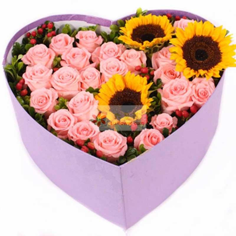 22朵戴安娜玫瑰,3朵向日葵,红豆、配叶搭配