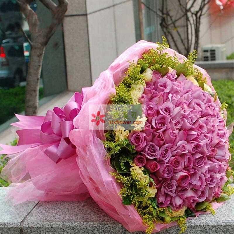 99朵紫玫瑰,周围黄英丰满,桔梗花点缀