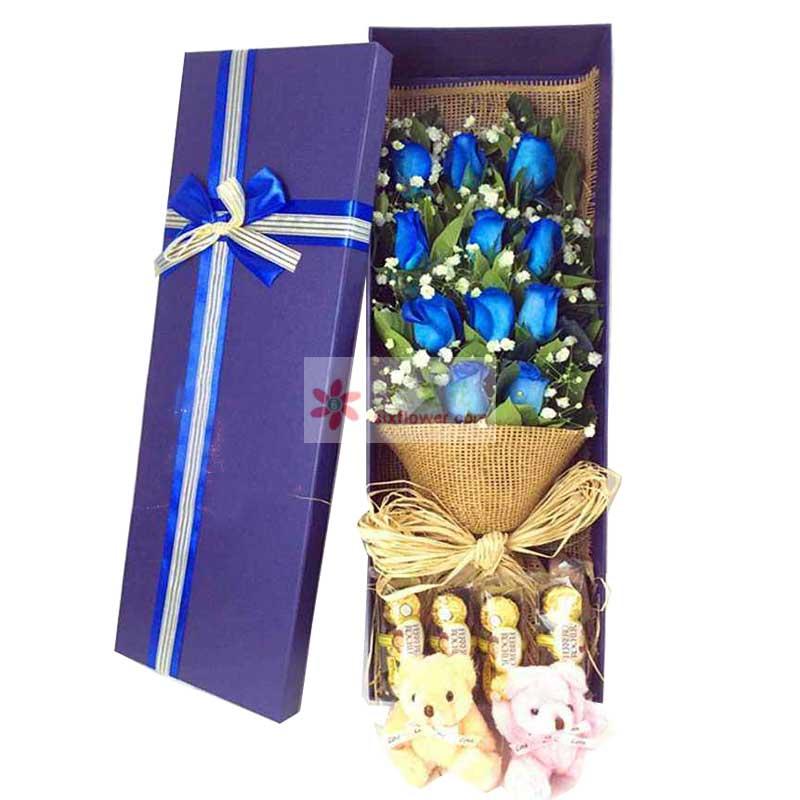 11朵蓝色玫瑰,12颗巧克力,2只小熊,栀子叶、满天星点缀