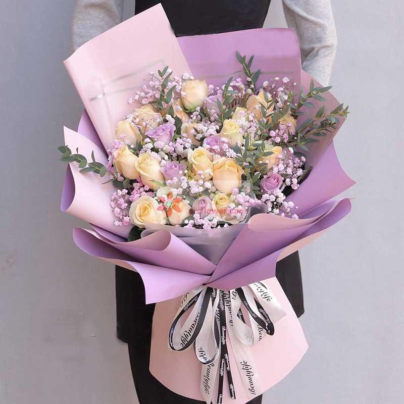 19朵香槟玫瑰,11朵紫玫瑰,粉色满天星丰满,配叶点缀