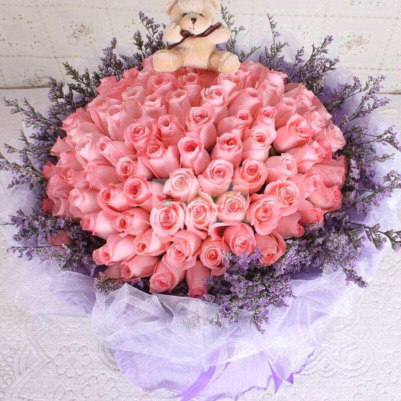 99朵戴安娜玫瑰,1只小熊,周围紫色薰衣草或紫色勿忘我(或者情人草点缀丰满)
